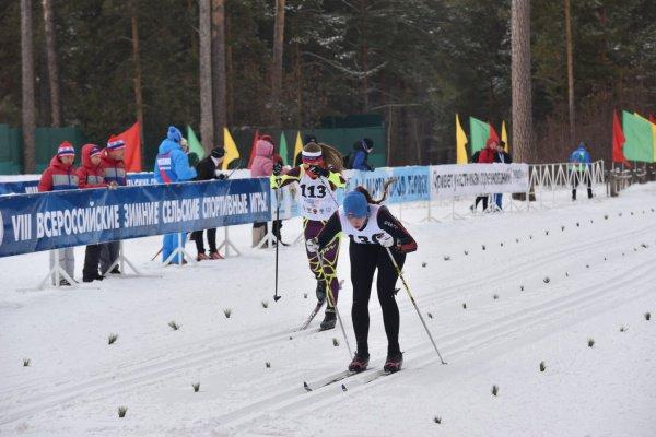 Жители российских сел соревновались в зимних видах спорта.