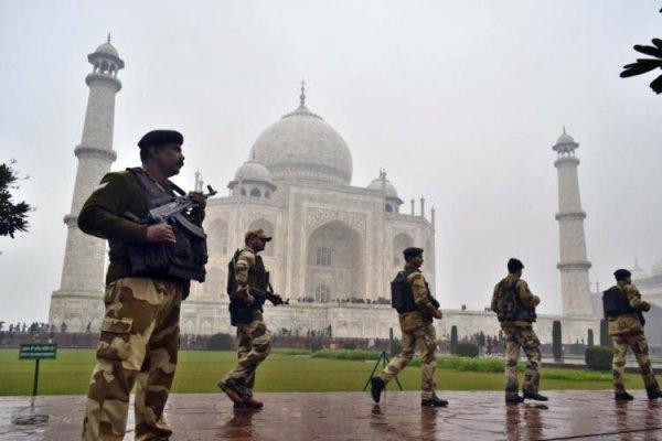 Военные охраняют Тадж-Махал.