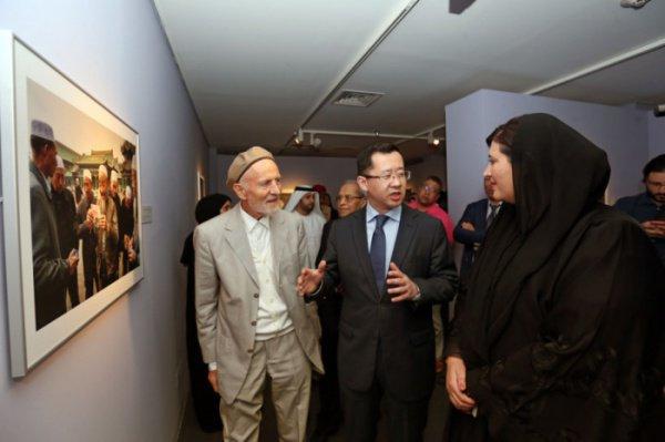 Питер Сандерс (слева) на открытии выставки.