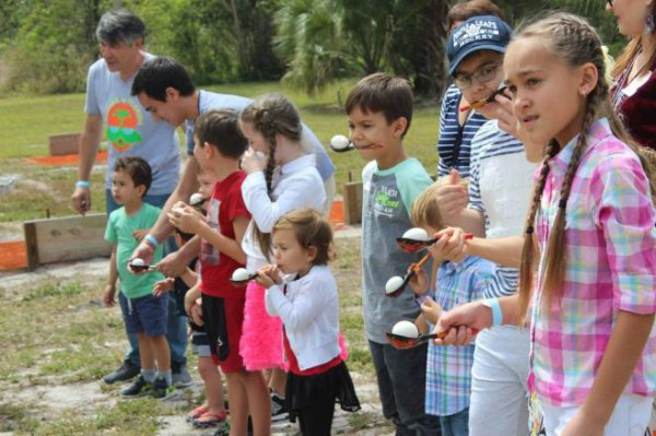 Дети и взрослые участвовали в конкурсах и играх.