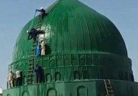 Чем занимаются эти люди на куполе мечети пророка (мир ему)?