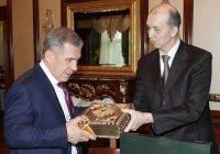 Рустам Минниханов получил в подарок уникальный экземпляр Корана