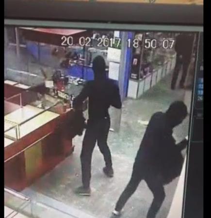 Ограбление магазина в Зеленодольске попало в видеокамеры.
