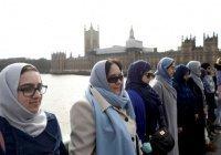 Десятки мусульманок взялись за руки в центре Лондона в память о жертвах теракта