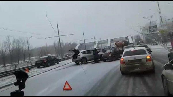 Трасса в Казани встала из-за пробок.