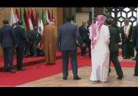 СМИ растиражировали кадры падения президента Ливана на саммите ЛАГ (Видео)