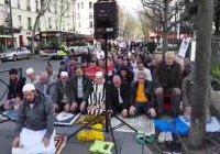 Мусульмане Франции совершили намаз на улице