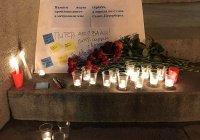 Казанцы несут цветы на Петербургскую улицу