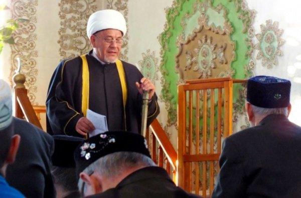 Председатель Духовного управления мусульман Тюменской области читает пятничную проповедь прихожанам села Чикча Тюменского района Тюменской области