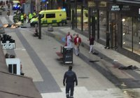 Грузовик въехал в толпу в центре Стокгольма. Есть жертвы (Фото)