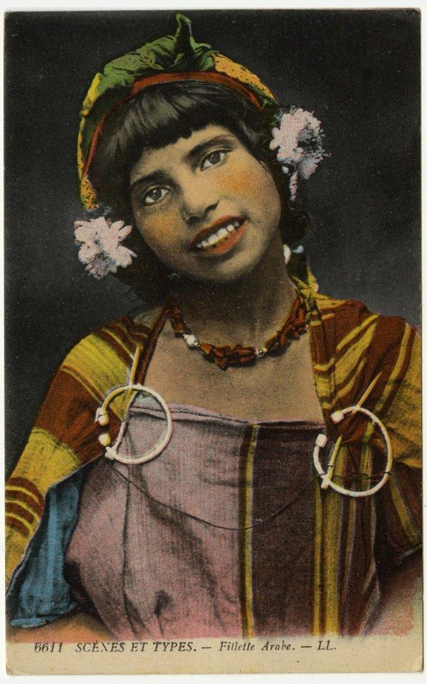 Открытка «Арабская девушка», 1912-1956. Украшения и одежда девушки указывают на ее берберскую принадлежность.