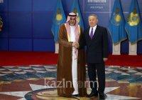 Саудовский король подарил Назарбаеву покрывало от Каабы