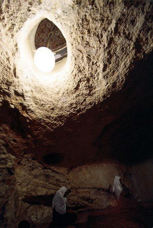 Пещера под скалой в мечети