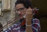 Музыка против войны: скрипач играет в руинах