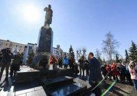 К памятнику Габдулле Тукаю возложил цветы Рустам Минниханов