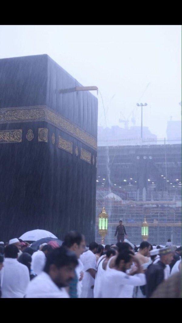 Сильный дождь обрушился на Мекку. Как спасаются паломники?