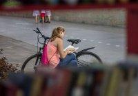 На Кремлевской набережной снова открылась уличная библиотека