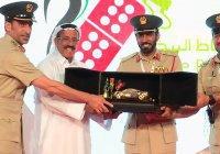 Примерные водители из ОАЭ получили от полиции золотые машинки