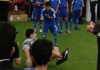 В Бахрейне ребенок-футболист сбил Марадону с ног (Видео)