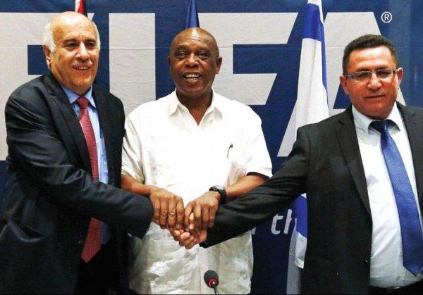 Джибрил Раджуб (слева) и Офер Эйни (справа) на конгрессе FIFA.
