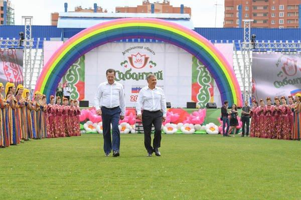 У входа на майдан высоких гостей встретили представители 44 регионов РФ