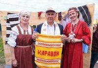 На праздновании «Каравона» Минниханов сыграл на древней шарманке