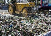 В Индонезии перед Рамаданом катком раздавили 100 тысяч бутылок с алкоголем (ФОТО)