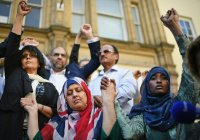 Сотни мусульман Манчестера провели акцию против терроризма (ФОТО)