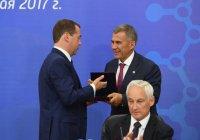 Медведев вручил медаль Столыпина президенту Татарстана