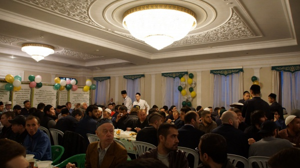 Муфтий РТ принял участие в ифтаре в мечети