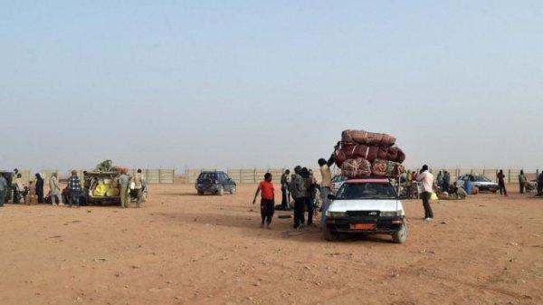 Мигранты нередко предпринимают рисковые попытки пересечь пустыню.