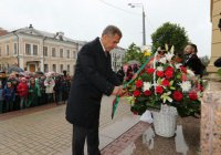 Минниханов и Шаймиев возложили цветы к памятнику Пушкина в Казани