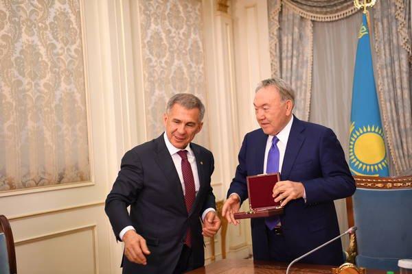 Назарбаев вручил Минниханову медаль «25 лет независимости Республики Казахстан»