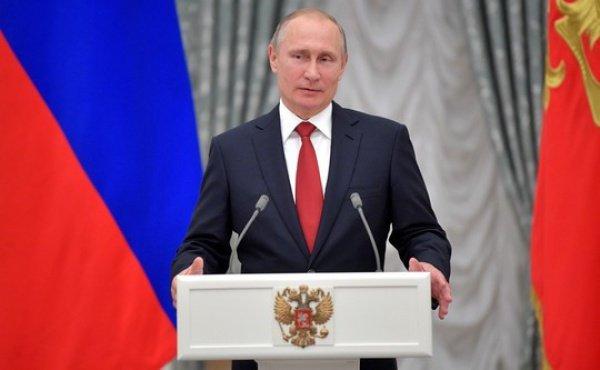 Владимир Путин провел небольшую экскурсию по Кремлю и пригласил ребят в свой кабинет