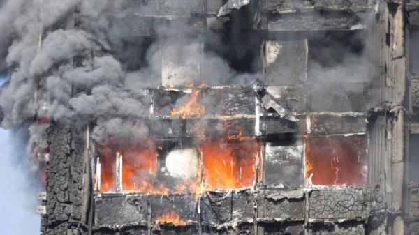 Пожарные более 10 часов не могут справиться с огнем.