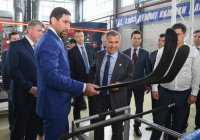 Президенту Татарстана подарили именную хоккейную клюшку