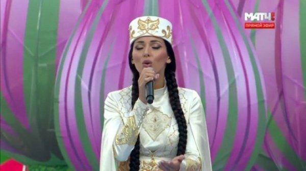 В начале церемонии певица Алсу спела композицию на татарском языке