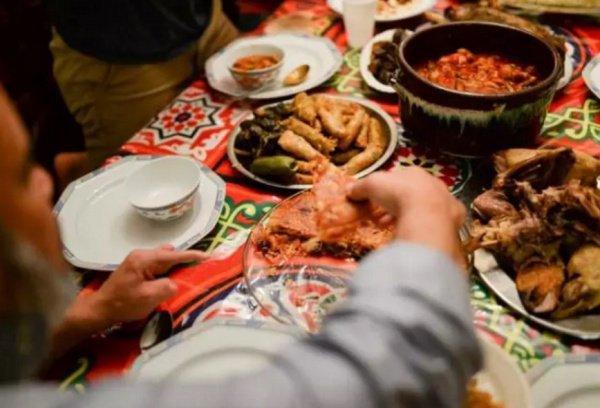 Использование левой руки во время еды считается макрухом