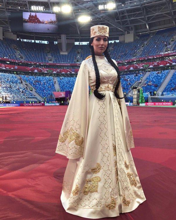Перед тысячами фанатов футбола и миллионами телезрителей она предстала в национальном наряде