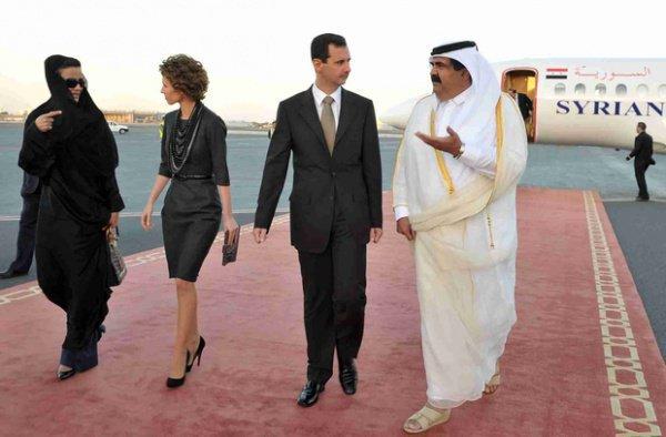 Эмир Катара шейх Хамад бин Халифа Аль Тани с супругой встречают президента Сирии Башар Асад с супругой в аэропорту Дохи