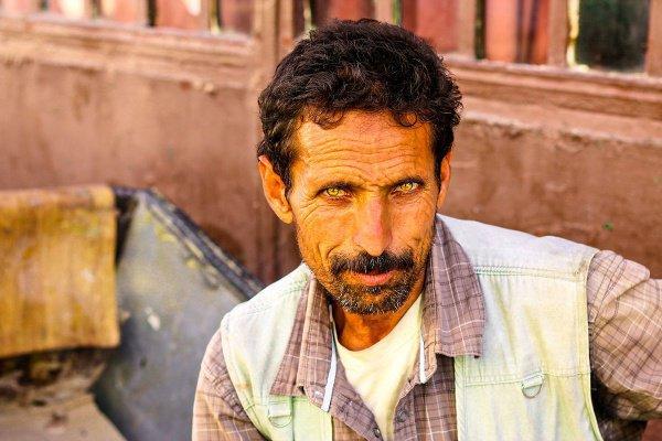 Марокканец Ибрагим прячется от летнего солнца. Он говорит, что Рамадан - его любимый месяц в году, так как он по-особенному начинает ценить все, что имеет