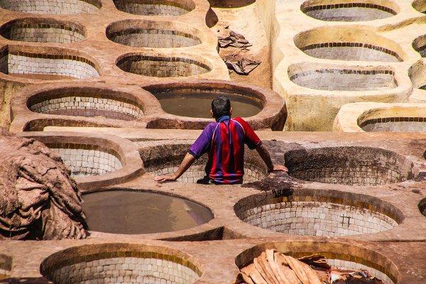 Температура в марокканском городе Фес в июне достигает 40 градусов. Но работа над обработкой кожи в чанах в кожаных дубильнях не останавливается
