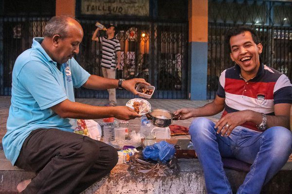 Водители такси устраивают ифтар прямо на улице
