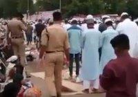 Трогательное видео: полиция помогает мусульманам совершать намаз