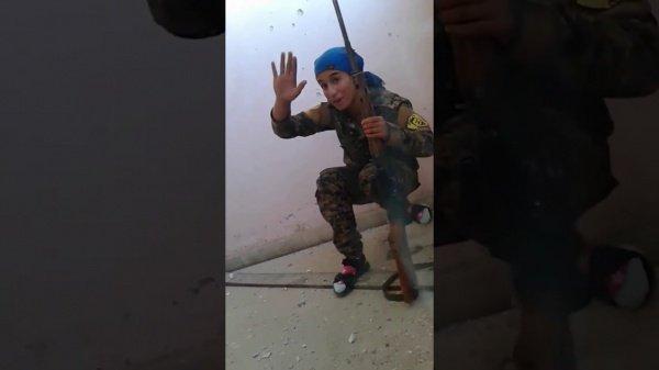 Впечатляющая дуэль: девушка-снайпер против боевика