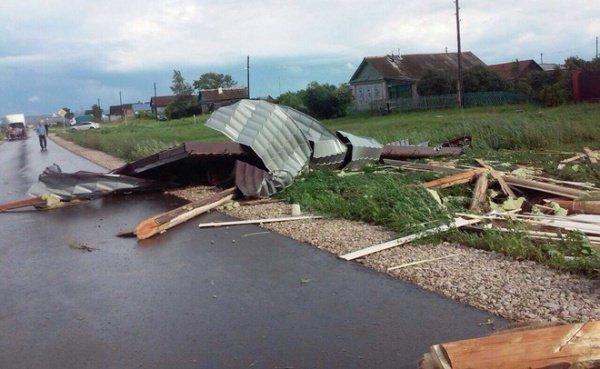 Появились фото, как вТатарстане сильный ветер разнёс крыши нескольких домов