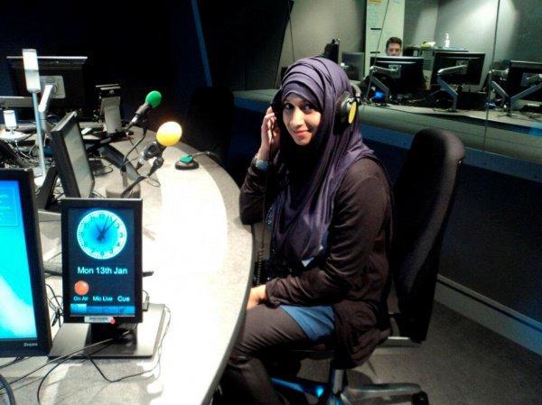 Тасним Назир - мусульманка-журналист из Великобритании