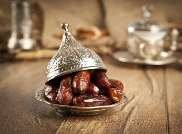 В риваятах передается, что тем, сахабам, которые постились только в пятницу, не присоединяя к этому пост четверга или субботы, посланник Аллаха (салаллаху алейхи ва саллям) рекомендовал прервать пост