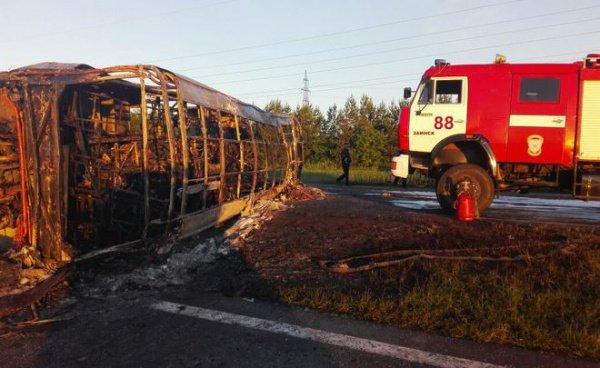 При столкновении общественного транспорта и грузовика погибли 14 человек