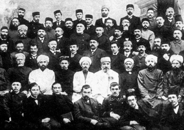Из большевистских руководителей татар большинство были потомками мусульманских священнослужителей